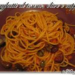 Spaghetti con tonno, olive e capperi